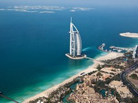 ОАЭ. Дубай. Madinat Jumeirah. Dubai, UAE. Burj Al Arab from above. Фото Irina Schmidt - Depositphotos