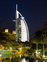ОАЭ. Дубай. Madinat Jumeirah. Night view of Burj al Arab hotel. Фото Observer - Depositphotos