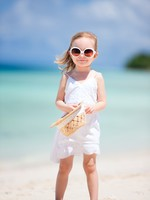ОАЭ. Дубай. Madinat Jumeirah. Adorable little girl at beach. Фото shalamov - Depositphotos
