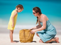 ОАЭ. Дубай. Madinat Jumeirah. Mother and daughter on a tropical beach. Фото  shalamov - Depositphotos