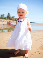 ОАЭ. Дубай. Madinat Jumeirah. Baby at the beach. Фото shalamov - Depositphotos