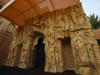 ОАЭ. Дубай. Madinat Jumeirah. Al Qasr Hotel. Club Quay Health club. Rock Climbing Wall