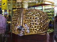 ОАЭ. Дубай. The biggest gold ring in Deira Gold Souq weighs 63.85kg. on Nove. Фото Олег Жуков - Depositphotos