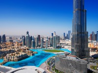 ОАЭ. Дубай. Downtown Dubai is a popular place for shopping and sightseeing. Фото Sophie_James - Depositphotos