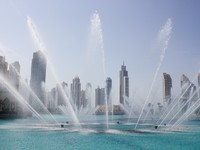 ОАЭ. Дубай. The Dancing fountains downtown and in a man-made lake in Dubai. Фото Observer - Depositphotos