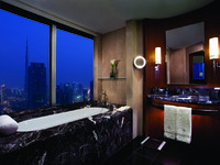 ОАЭ. Дубай. Jumeirah Emirates Towers. Deluxe Suite Bathroom