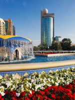 ОАЭ. Абу Даби. Architecture, flowers, water make a perfect picture of Abu Dhabi. Фото Sophie_James - Depositphotos