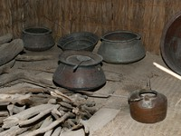 ОАЭ. Исторический музе. Дубай. Antique dishes Bedouin, Dubai museum, UAE. Фото VLADJ55 - Depositphotos