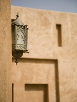ОАЭ. Аль Айн. Ornate Lantern On Al Ain Palace Museum Wall. Фото Craig Robinson - Depositphotos