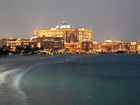 ОАЭ. Абу-Даби. Emirates Palace. Emirates Palace Hotel at night. Abu Dhabi. Фото philipus - Depositphotos