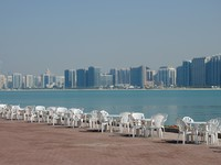 ОАЭ. Абу-Даби. Chairs at the Promenade in Abu Dhabi. Фото Philip Lange - Depositphotos