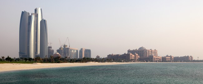 ОАЭ. Абу-Даби.  Вид на Emirates Palace. Abu Dhabi skyline. Фото philipus - Depositphotos