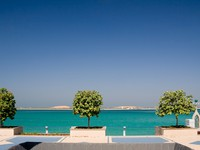 ОАЭ. Абу-Даби. Promenade by sea in Abu Dhabi. Фото steveheap - Depositphotos