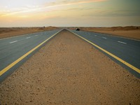 ОАЭ. Пустыня Руб-эль-Хали (Rub' al Khali). Road in the desert in UAE. Фото Viktoria Savostianova - Depositphotos