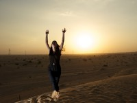 ОАЭ. Пустыня Руб-эль-Хали (Rub' al Khali)Woman in the desert. Фото Christophe Schmid - Depositphotos