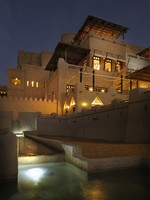 ОАЭ. Абу-Даби. Qasr Al Sarab Desert Resort by Anantara. Hotel central by night