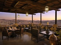 ОАЭ. Абу-Даби. Qasr Al Sarab Desert Resort by Anantara. Panoramic desert views from Suhail restaurant