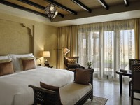 ОАЭ. Абу-Даби. Qasr Al Sarab Desert Resort by Anantara. Villa king size bedroom