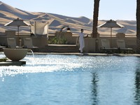 ОАЭ. Абу Даби. Qasr Al Sarab Desert Resort by Anantara. Ghadeer poolside bar