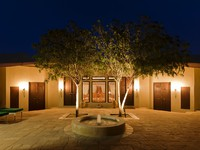 ОАЭ. Дубай. Al Maha, a Luxury Collection Desert Resort & Spa. Emirates Suite - courtyard