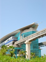 ОАЭ. Дубай. The Palm Jumeirah monorail station and train, Dubai, UAE. Фото  slava296 - Depositphotos
