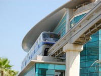 ОАЭ. Дубай. The Palm Jumeirah monorail station and train, Dubai, UAE. Фото Viacheslav Khmelnytskyi - Depositphotos