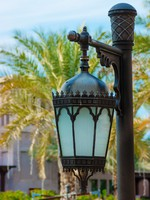 ОАЭ. Дубай. Traditional Arabic metal streetlight. Фото Observer - Depositphotos