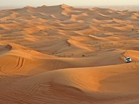 ОАЭ. Desert with a single car in the United Arabian Emirates. Фото wiw - shutterstock