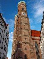 Германия. Church of Our Lady (Frauenkirche) in Munich at Night, Bavaria. Фото anshar - Depositphotos