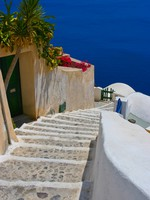 Греция. Санторини. Beautiful empty street in Santorini. Фото Almotional - Depositphotos