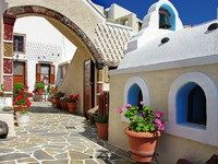 Греция. Санторини. Pretty courtyards of Santorini. Фото Maugli - Depositphotos