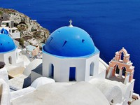 Греция. Санторини. Santorini with traditional white-blue domes. Фото Maugli - Depositphotos