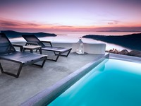 Греция. Санторини. Pool overlooking beautiful Santorini cliffs. Фото Ben Goode - Depositphotos