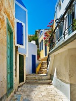 Греция. Санторини. Pretty colored streets of greek islands. Фото Maugli - Depositphotos