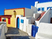 Греция. Санторини. Colored streets of cyclades islands. Фото Maugli - Depositphotos