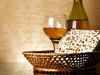 Израиль. Still-life with wine and matzoh (jewish passover bread). Фото Roman Sigaev - Depositphotos