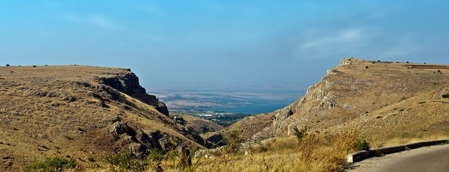 Израиль. View of the Sea of Galilee -Lake Kinneret , through the mountains. Фото Larisa Pakhtusov - Depositphotos