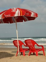 Израиль. Тель-Авив. Red chairs and umbrella on the beach. Фото k45025 - Depositphotos