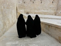 Израиль. Иерусалим. Three women in yashmak black. Фото Extezy - Depositphotos