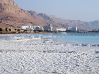 Израиль. Мертвое море. Dead Sea  salt on coast and in water. Фото Alexander Gulevich - Depositphotos