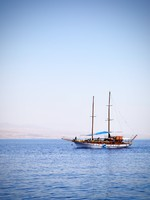 Израиль. Эйлат. White sailing yacht at the Red sea. Фото  Roman Sigaev - Depositphotos