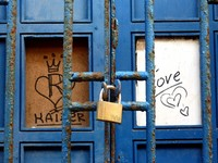 Израиль. Тель-Авив. Tel Aviv - blue door with padlock and graffiti. Фото Heike Jestram - Depositphotos