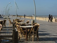 Израиль. Тель-Авив. Street cafe on the sea promenade.Tel Aviv. Фото k45025 Depositphotos