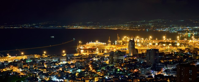 Израиль. Хайфа. Seaport at night. Фото Rainledy Depositphotos
