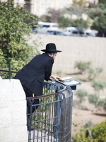 Orthodox Jewish man parrying in front of cemetery in Jerusalem. Фото Sergey Novikov - Depositphotos