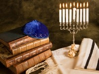 Израиль. Bible, prayer shawl, jewish cap and nine candle menorah. Фото Klanneke - Depositphotos
