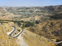 Израиль. Road serpentine in mountains of Israel on border with Jordan. Фото Avraham Kushnirov - Depositphotos