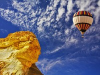 Израиль. The bright decorative balloon flies above stone desert. Фото Avraham Kushnirov - Depositphotos