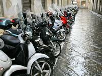 Италия. Флоренция. Scooters parking in side street in Florence, Italy. Фото Valery Voennyy - Depositphotos