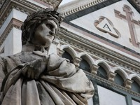 Италия. Флоренция. Famous Dante sculpture near Santa Croce cathedral in Florence. Фото alehnia - Depositphotos